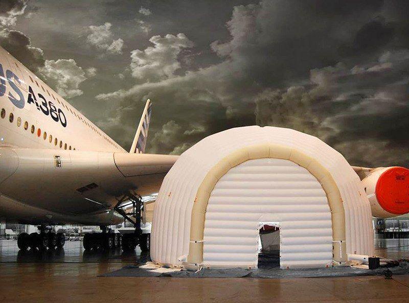 Надувной ангар для ремонта двигателя самолета